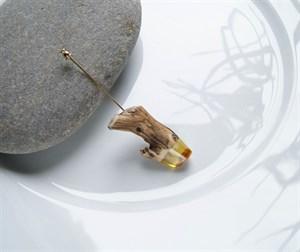 Брошь Kao Lin из этичного можжевельника и натурального янтаря