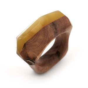 Кольцо Kao Lin из этичного можжевельника и натурального янтаря